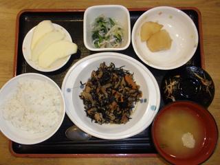 今日のお昼ご飯は、磯炒め、おろし和え、煮物、味噌汁、果物でした。