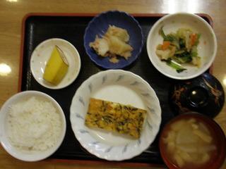きょうのお昼ごはんは、五目卵焼き、和え物、じゃが焼き、味噌汁、果物でした。