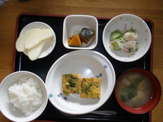 今日のお昼ご飯は、千草焼き、酢の物、カボチャ煮、味噌汁、果物でした。