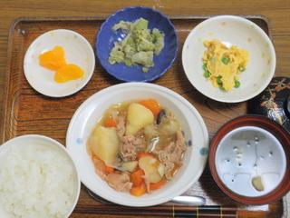 きょうのお昼ご飯は、肉じゃが、酢みそ和え、炒り玉子、味噌汁、果物でした。