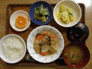 きょうのお昼ごはんは、がんもと根菜の含め煮、かぼちゃサラダ、おかか和え、味噌汁、果物でした。