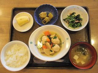 きょうのお昼ご飯は、鶏のつくね煮、大学芋煮、青菜和え、味噌汁、果物でした。