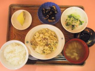 きょうのお昼ご飯は、豚肉と豆腐のチャンプルー、煮物、和え物、味噌汁、果物でした。