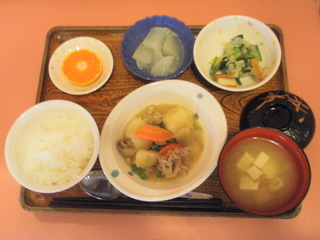 きょうのお昼ご飯は、こっくり味噌肉ジャガ、和え物、大根のゆずあん、味噌汁、果物でした。