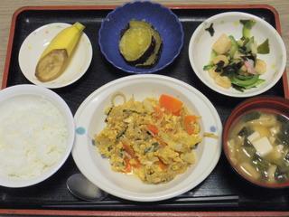 きょうのお昼ご飯は、親子煮、酢の物、含め煮、味噌汁、果物でした。
