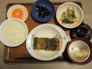 きょうのお昼ご飯は、松風焼き、なめたけ和え、ひじきの酢の物、味噌汁、果物でした。