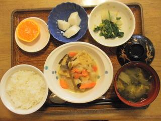 きょうのお昼ご飯は、がんも含め煮、はんぺんのピカタ、和え物、味噌汁、果物でした。