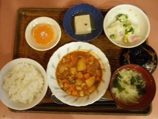 きょうのお昼ご飯は、ポークビーンズ、サラダ、煮奴、味噌汁、果物でした。