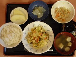 きょうのお昼ご飯は、親子煮、ごま和え、大根のくず煮、味噌汁、果物でした。