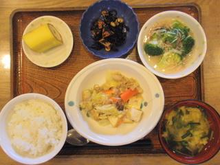 きょうのお昼ご飯は、厚揚げと白菜の塩炒め、煮物、かにかまあん、味噌汁、果物でした。
