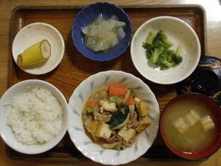 きょうのお昼ご飯は、豚肉と厚揚げのみそ炒め、辛子和え、煮物、味噌汁、果物でした。