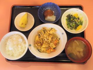 きょうのお昼ご飯は、豚肉と人参の卵とじ、ふろふき大根、和え物、味噌汁、果物でした。