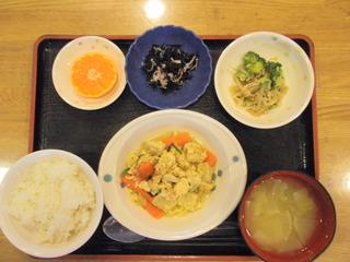 きょうのお昼ご飯は、高野豆腐の卵とじ、煮浸し、酢の物、味噌汁、果物でした。