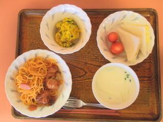 きょうのお昼ご飯は、スパゲティ、サンドイッチ(ハム・卵)、とりの照り焼き、かぼちゃサラダ、コーンスープ、いちごでした。