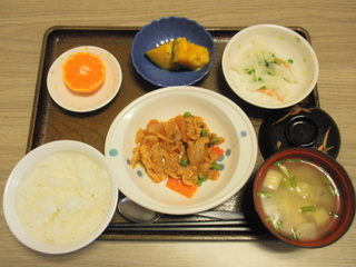 きょうのお昼ご飯は、ポークチャップ、サラダ、かぼちゃのミルク煮、味噌汁、果物でした。