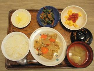 きょうのお昼ご飯は、含め煮、きんぴら、炒り卵、味噌汁、果物でした。