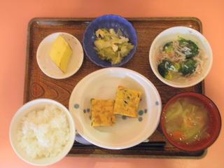 昨日のお昼ご飯は、五目目玉焼き、煮浸し、かにかまあん、味噌汁、果物でした。