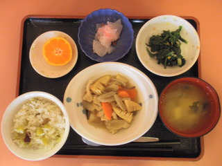 きょうのお昼ご飯は、鶏肉の治部煮風、胡麻和え、紅しょうが大根、味噌汁、果物でした。