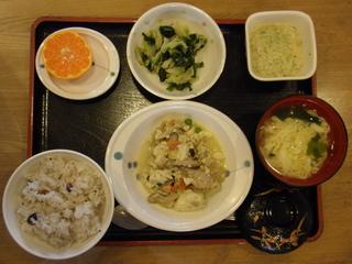 今日のお昼ご飯は、炒り豆腐、胡麻和え、みそとろろ、お吸い物、果物でした。