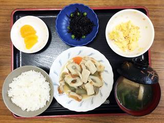 きょうのお昼ごはんは、炊き合わせ・炒り卵・ひじきの酢みそ・みそ汁・くだものでした。