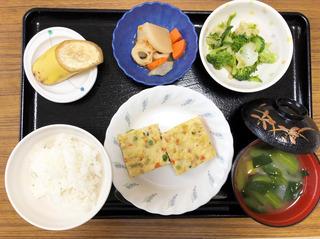 きょうのお昼ごはんは、擬製豆腐・天かす和え・煮物・みそ汁・果物でした。