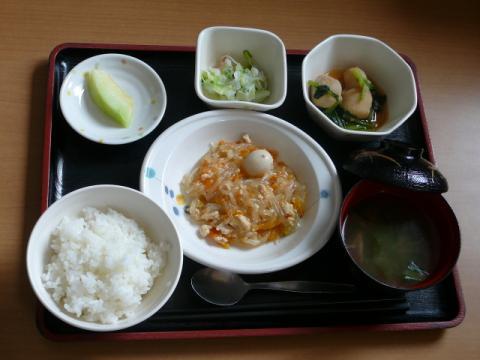 今日のお昼ご飯、【今日のメニュー】 華風煮、みぞれ和え、里芋煮、味噌汁、果物です。