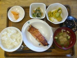 今日のお昼ご飯は、焼き魚、カボチャサラダ、なめたけ和え、味噌汁、果物、です。