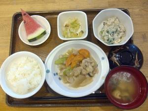 きょうのお昼ご飯は、鶏肉の治部煮風、白和え、おかか和え、味噌汁、果物、です。