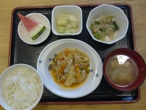 きょうのお昼ご飯は、ケチャップ炒め、なめたけ和え、粉吹き芋、味噌汁、果物、です。
