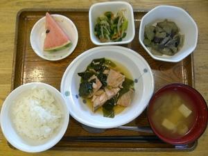 きょうのお昼ご飯は、鮭のなると煮、鍋しぎ、酢味噌和え、味噌汁、果物、です。