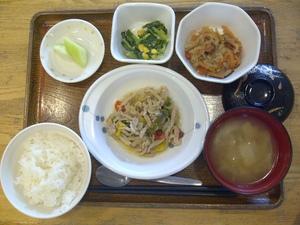 きょうのお昼ご飯は、豚肉とピーマンの炒め物、煮物、和え物、味噌汁、果物、です。