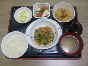 きょうのお昼ご飯は、豚肉と野菜のカレー炒め、トマトと豆腐のサラダ、煮物、味噌汁、果物、です。