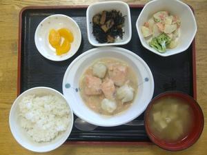 秋晴れのきょうのお昼ご飯は、里芋と鮭のシチュー、温野菜サラダ、煮物、味噌汁、果物です。