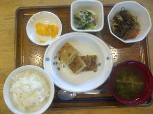 今日のお昼ご飯は、千草焼き、切り昆布煮、和え物、味噌汁、果物です。