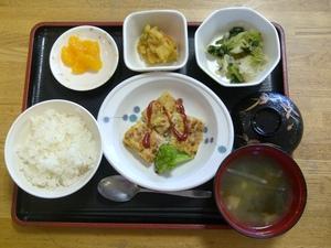 外がとても気持ちのいい今日のお昼ご飯は、豆腐ハンバーグ、カレー煮、お浸し、味噌汁、果物です。
