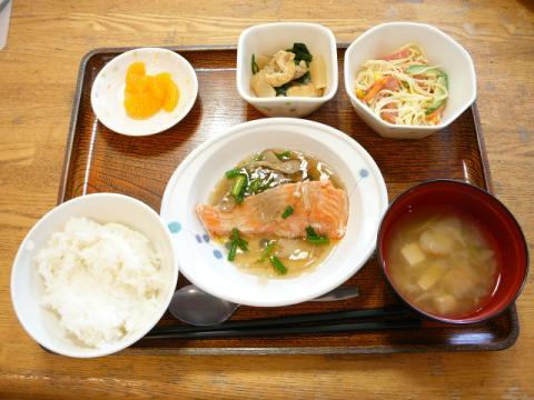 今日のお昼ご飯は、【今日の献立】蒸し鮭のきのこソース、サラダ、煮物、味噌汁、果物です。