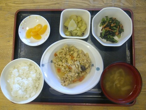 今日のお昼ご飯は、親子煮、胡麻和え、さつま芋煮、味噌汁、果物です。