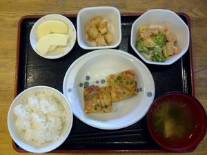 きょうのお昼ごはんは、ぎせい豆腐、温野菜、長芋のねぎ味噌焼き、味噌汁、果物です。