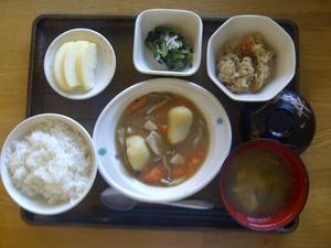 きょうのお昼ご飯は、吉野煮、炒りおから、和え物、味噌汁、果物です。