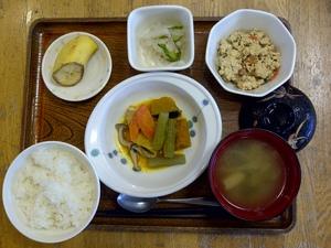 きょうのお昼ご飯は、炊き合わせ、梅おかかあえ、炒り豆腐、味噌汁、果物です。