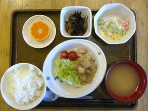 きょうのお昼ご飯は、鶏モモ肉の味噌汁、温野菜、ひじき煮、味噌汁、果物です。