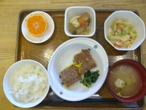 今日のお昼ご飯は、レンコン入り和風ハンバーグ、煮物、和え物、味噌汁、果物です。