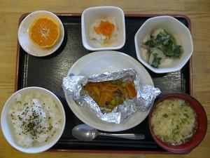 今日のお昼ご飯は、かわりご飯(しょうがご飯)、あかうおのホイル焼き、うま煮、かぶのサラダ、かきたま汁、果物です。