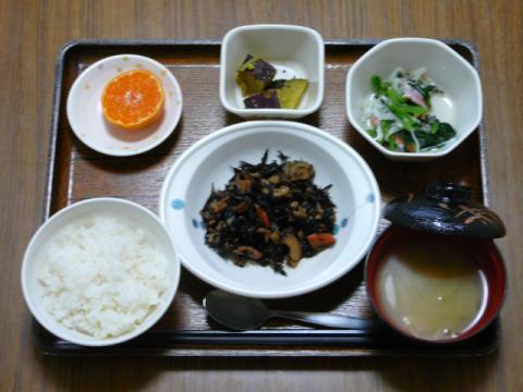 今日の献立は、磯炒め、和え物、じゃが煮、味噌汁、果物です。