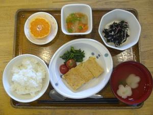 今日のお昼ご飯は、鶏そぼろとジャガイモの和風オムレツ、野菜のあんかけ、酢の物、味噌汁、果物です。