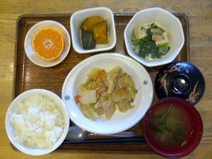 きょうのお昼ご飯は、八宝菜、厚揚げと青菜のみそマヨ和え、かぼちゃ煮、味噌汁、果物です。