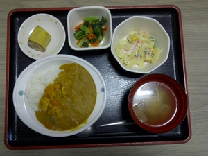 きょうのお昼ご飯は、チキンカレー、マカロニサラダ、お浸し、味噌汁、果物です。