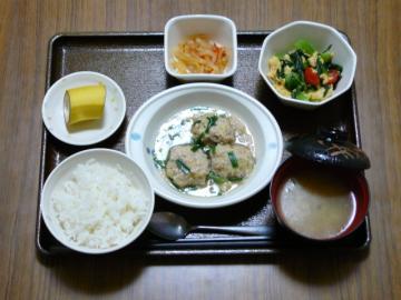 今日の献立は、挽肉と白菜の蒸し煮、青菜の中華和え、煮物、味噌汁、果物です。