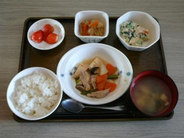 今日のお昼は、鶏肉の治部煮風、白和え、切り干し煮、味噌汁、果物です。