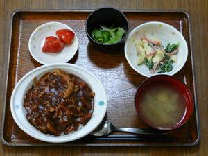 今日のお昼は、ハヤシライス、マカロニサラダ、浅漬け、味噌汁、果物です。